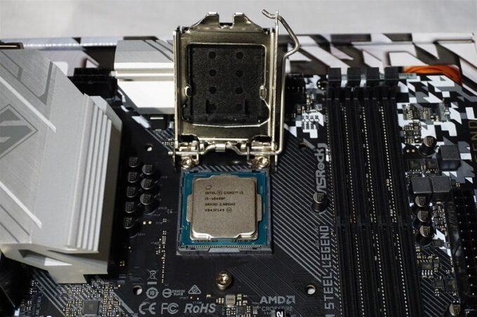 CPUをマザーボードにのせた