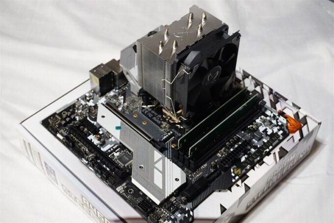 CPUクーラーをマザーボードに取り付ける