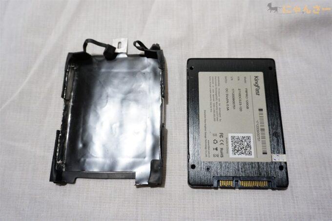 SSDのマウンタを外す